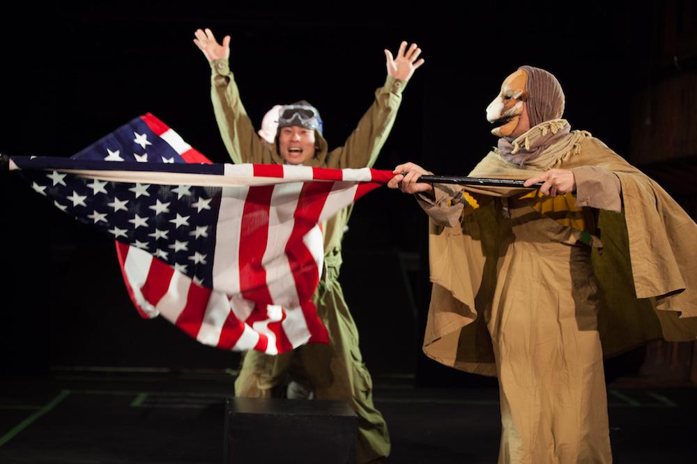 アメリカ国旗を持つラクダ